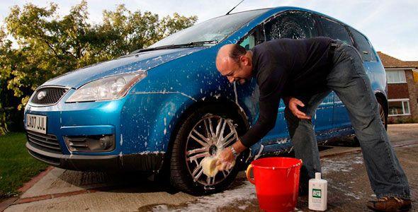 limpiar el coche en la calle