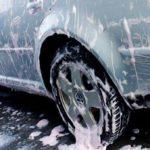 Limpiar o reparar el coche en la calle puede multarse con hasta 3.000 euros